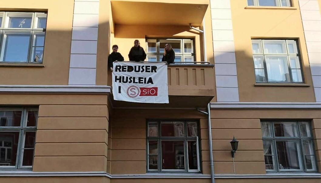 Slik markerer studentene ved Studenterhuset i Schultz' gate misnøyen med leieprisene til Studentsamskipnaden.