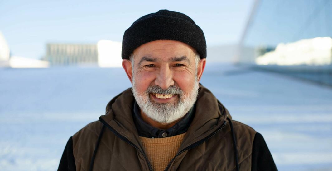 Reza Rezaee (60) fronter gjerne det blodrøde, og mer enn partiet Rødt, i bydel Sagene. Her er han fotografert foran operaen - som en av fire frontfigurer for en
