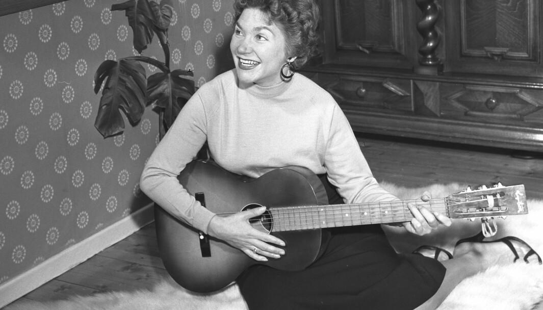 1956 er året og Nora Brockstedt er «vår mest populære vokalist i øyeblikket», skriver NTB, som fortsetter: «Nora ble kjent under krigen da hun vant førstepremie i refrengsang ved en amatørkonkuranse på Kampen tivoli.»