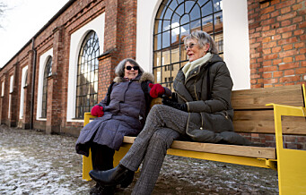 Nå kan Lisbet (78) og Sissel (83) ta seg en pust i bakken på benken ved Sporveismuseet på Majorstuen