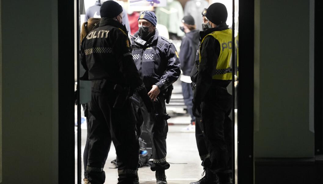 Politiet leter søker etter mistenkte i Oslo sentrum i forbindelse med at en person er skadet med en skarp gjenstand.