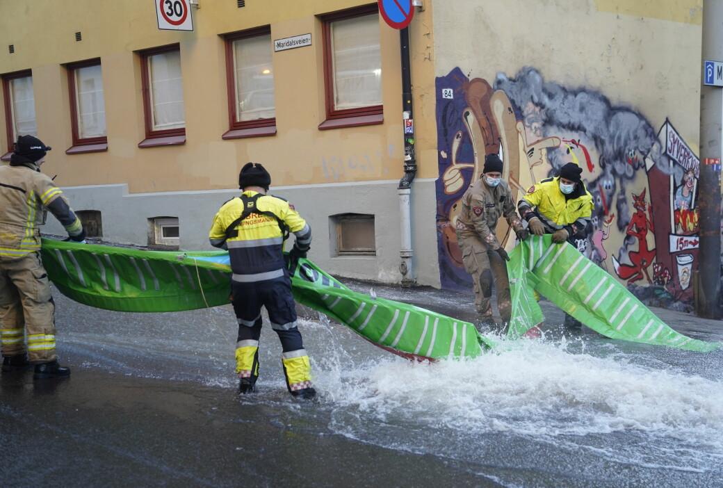 Brannvesenet jobbet på spreng for å begrense vannmengdene som fosset ut i gater og fortau.