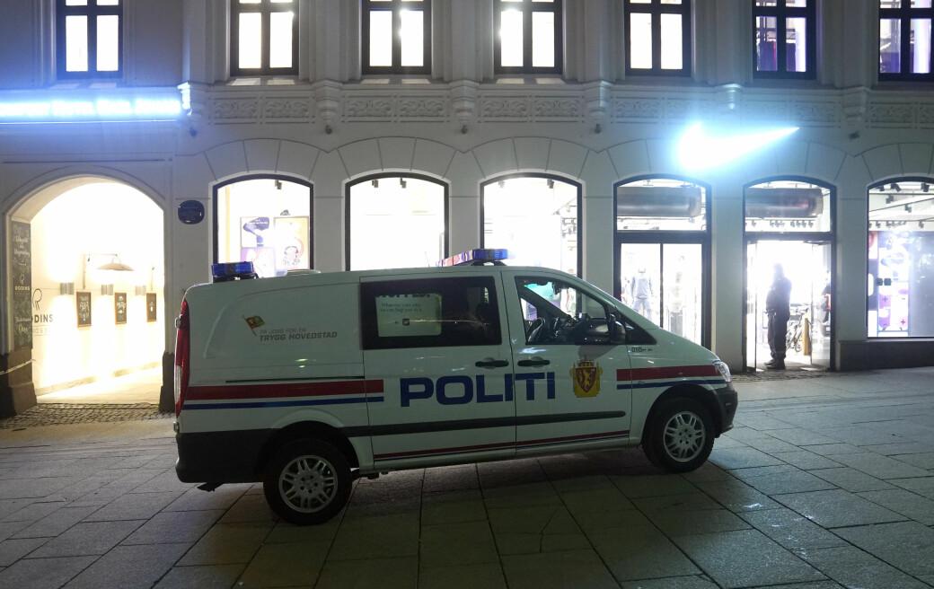 En mann ble stukket med en skarp gjenstand ved en butikk på Karl Johans gate fredag kveld. Han skal ikke være alvorlig skadd.