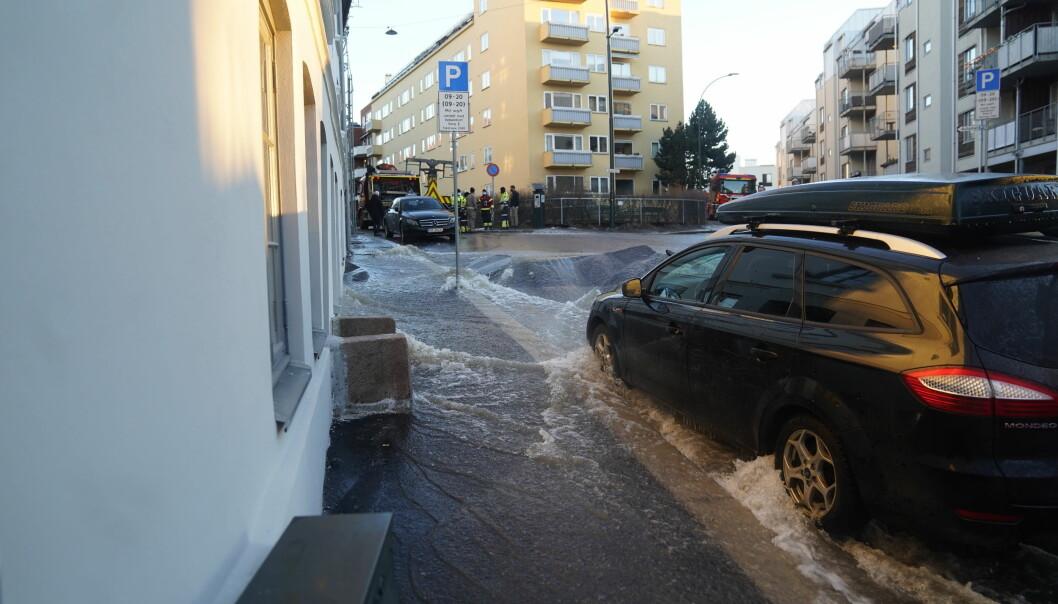 Store vannmengder fosset nedover fra Maridalsveien og Sagveien og mot Alexander Kiellands plass søndag morgen.