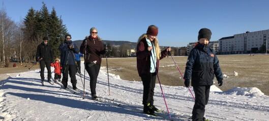 I gnistrende vintersol testet familien Hagen tilkjørt snø på Voldsløkka: - Første gang vi går på ski i byen