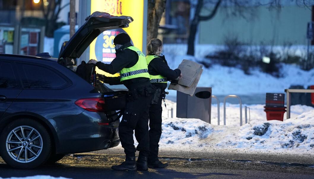 Politifolk på plass ved Stovner senter der en ung mann skal ha blitt stukket med en skarp gjenstand søndag ettermiddag.