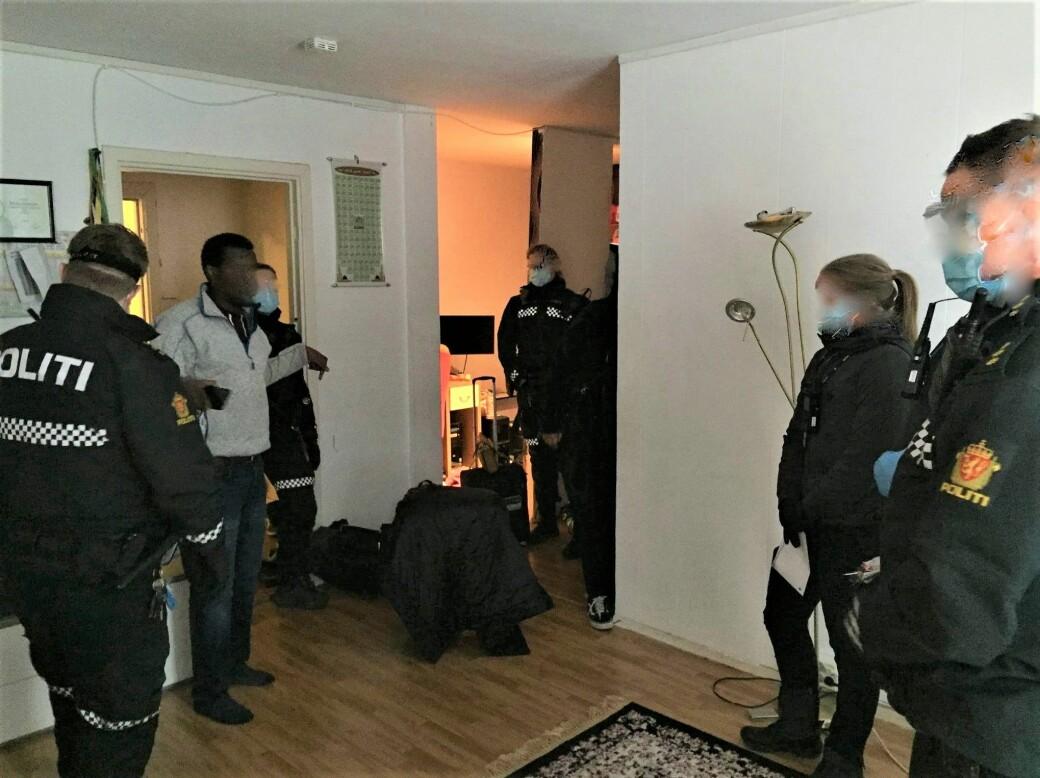 Her går namsmannen og bevæpnede politifolk til aksjon og kaster barnefaren Mohamed Jamal (44) og familien ut av den kommunale leiligheten i Hagegata 31 på Tøyen.