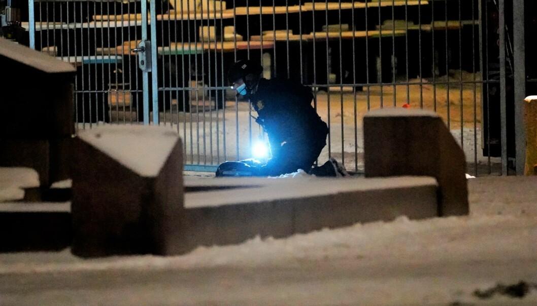 Politiet undersøker området rundt Oslo S etter funn av en mistenkelig gjenstand sent tirsdag kveld.