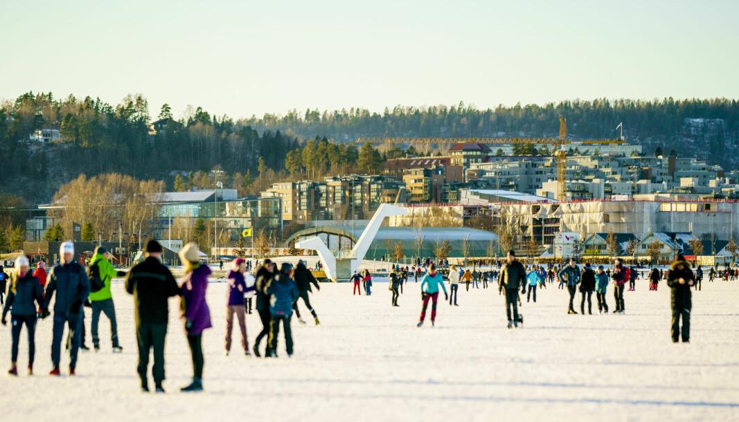 Et væromslag er på gang i Sør-Norge. Oslo-brannvesenet ber folk vise varsomhet når de beveger seg ut på isen. Her ved Kadettangen ved Sandvika, hvor mange oslofolk har gått på skøyter i det siste.