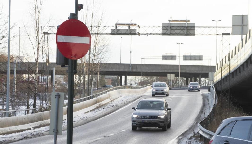 Brua over Sinsenkrysset er stengt etter vannlekkasje på riksvei 4 fra Bjerke forbi Aker sykehus.
