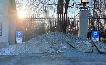 I ukesvis sperret snøhaugen HC-parkeringen ved Frognerparken. Uten at kommunen fjernet snøen