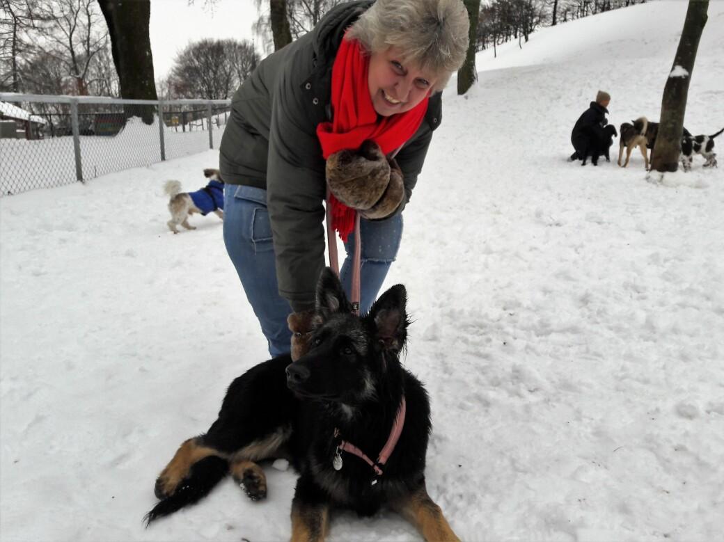 Tone Kjøle har luftet hundene sine i Stensparken gjennom flere ti-år. Nå er hun og Tanja redd for at hundeparken har blitt borte for alltid