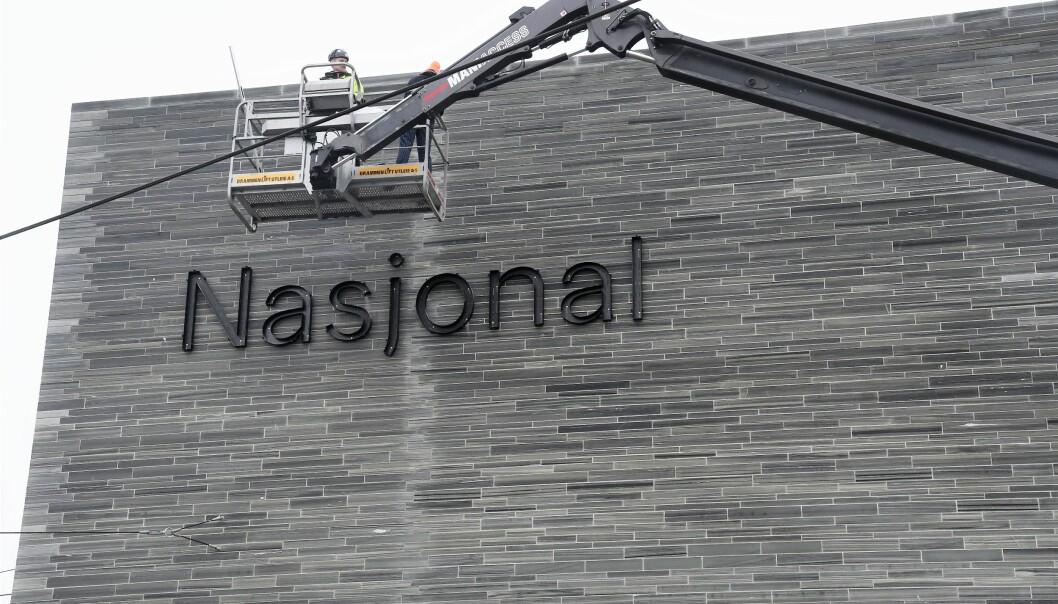 Tirsdag kom første del av navneskiltet til det nye Nasjonalmuseet opp på fasadeveggen mot Oslofjorden.