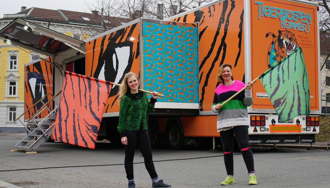 Denne våren begynner Tigerstadsteatret å turnere på Oslos skoler og byens delbydeler med Tigerbussen. Hilde Brinchmann og Wenche Viktorsdatter Paulsen (t.v) var inspirert av skilandslagets smørebuss da de laget Tigerbussen.