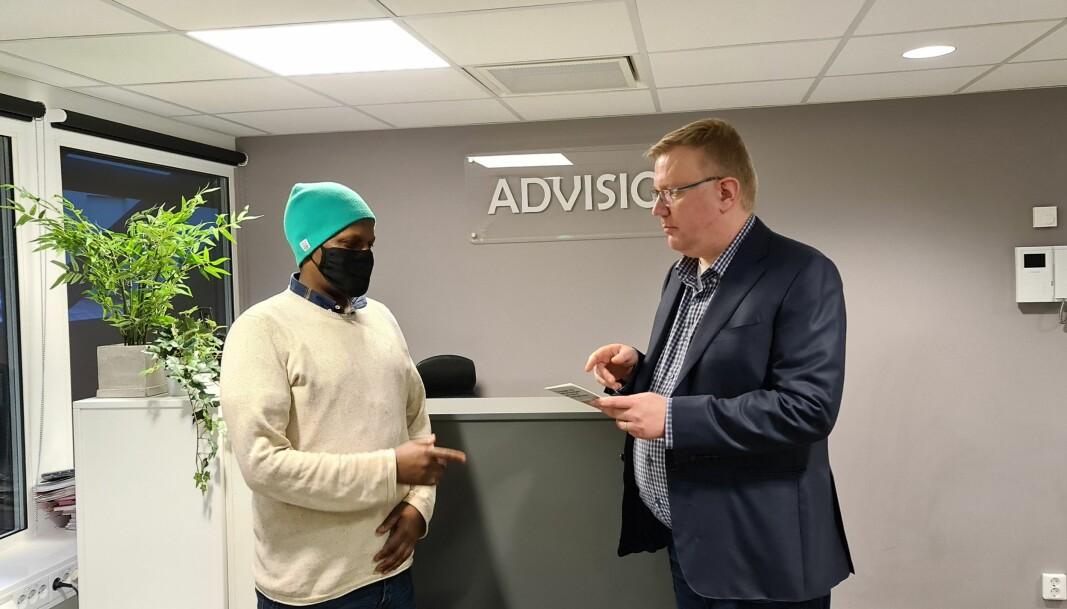 Mohamed Jama sammen med advokat Olav Lægreid som representerer familen i saken.