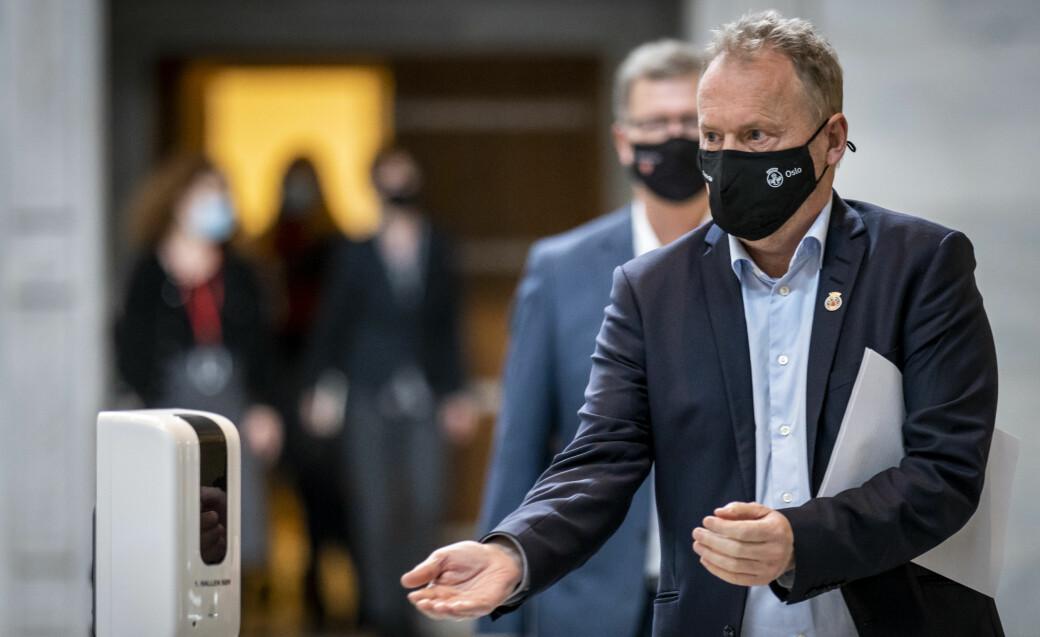 Byrådsleder Raymond Johansen (Ap) demonstrerer smittevernregler i praksis. Han kaller utspillet fra Høyre-ordfører Torgeir Dahl i Molde et «usmakelig» angrep på Oslo-folk.