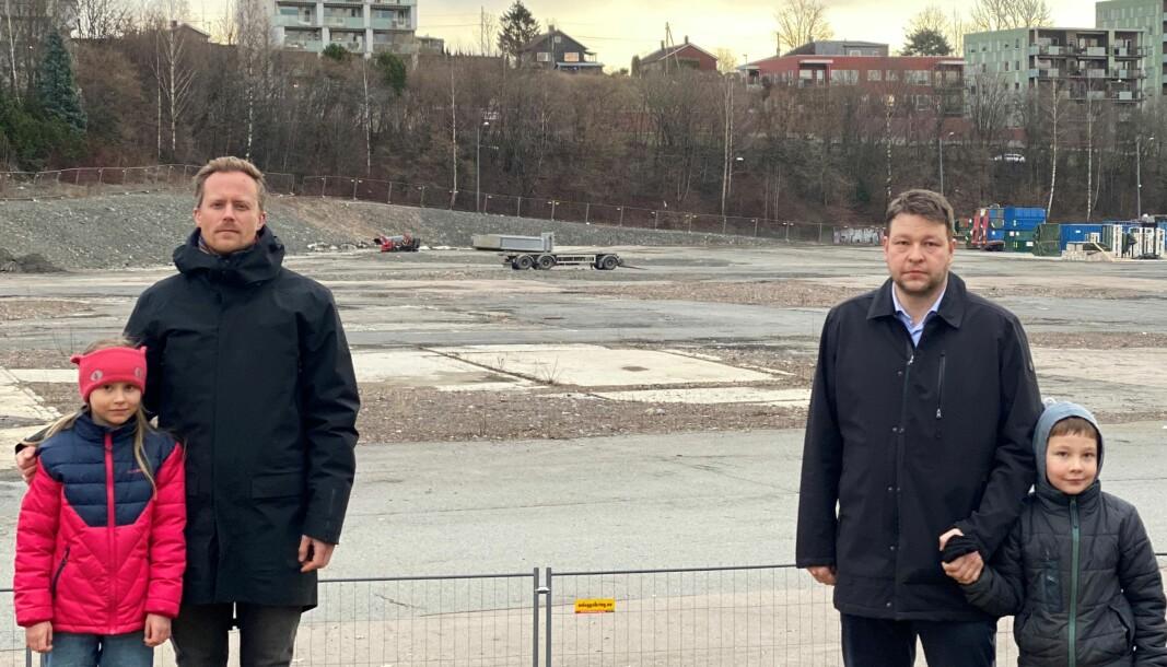 Christoffer Fremstad og datteren Hedda Oline Henriksen Fremstad (t.v) og Rene Brorstrøm med sønnen Magnus Brorstrøm ser ingen tegn til ny ungdomsskole på tomta på Økern.