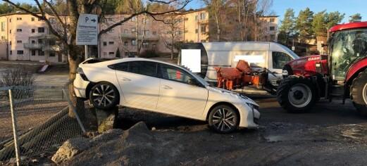 Stjålet traktor vraket to biler på Holmlia