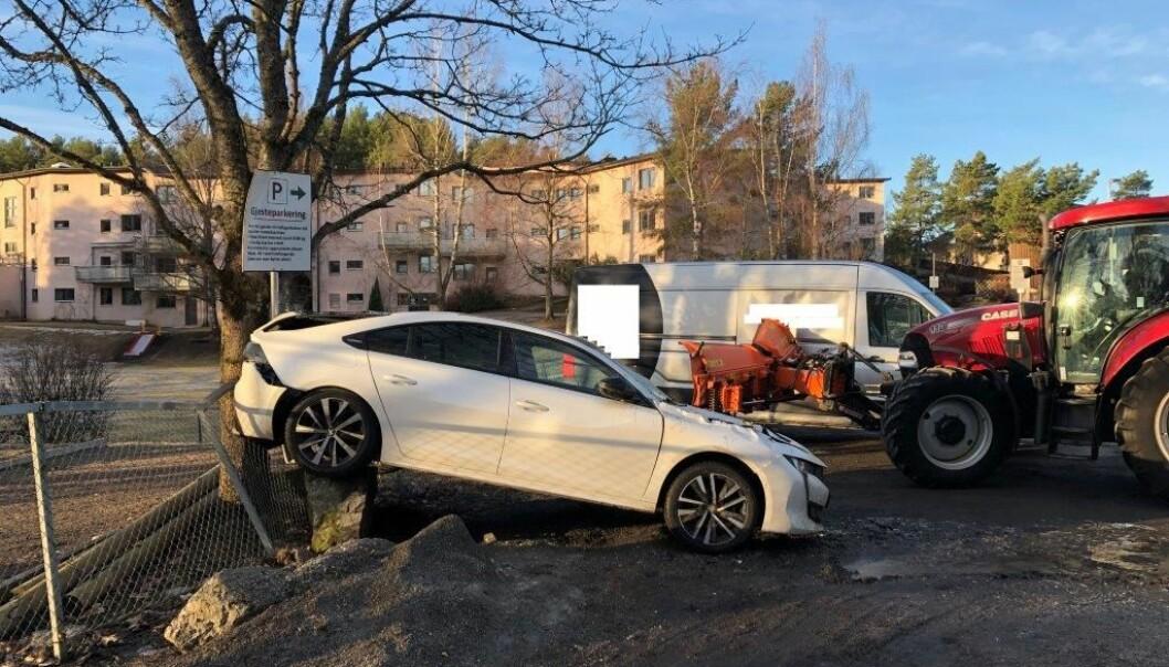 To biler ble påført store skader da de ble påkjørt av en stjålet traktor på Holmlia i Oslo tirsdag morgen.