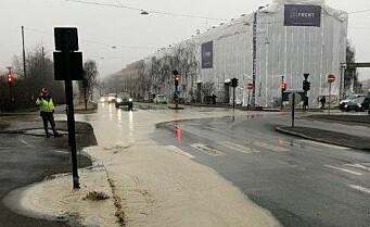 Vannlekkasje på Tøyen. Veibane stengt på ring 2
