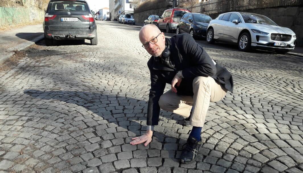 — Brostein i lagt buemønster er vakkert, og gir nesten et høytidelig preg på gatebildet. Jeg tror brosteinen vil senke hastigheten på trafikken. Brostein er i tillegg nærmest vedlikeholdsfri, og den drenerer på en annen måte enn den vanntette asfalten, ivrer Tore Walaker (V).