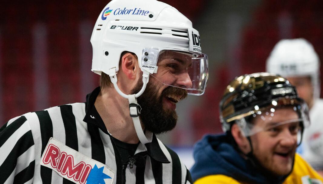 Dommerduoen Villiam Strøm (t.v.) og Joachim Svendsen benyttet humor for å holde temperaturen nede i kampen.