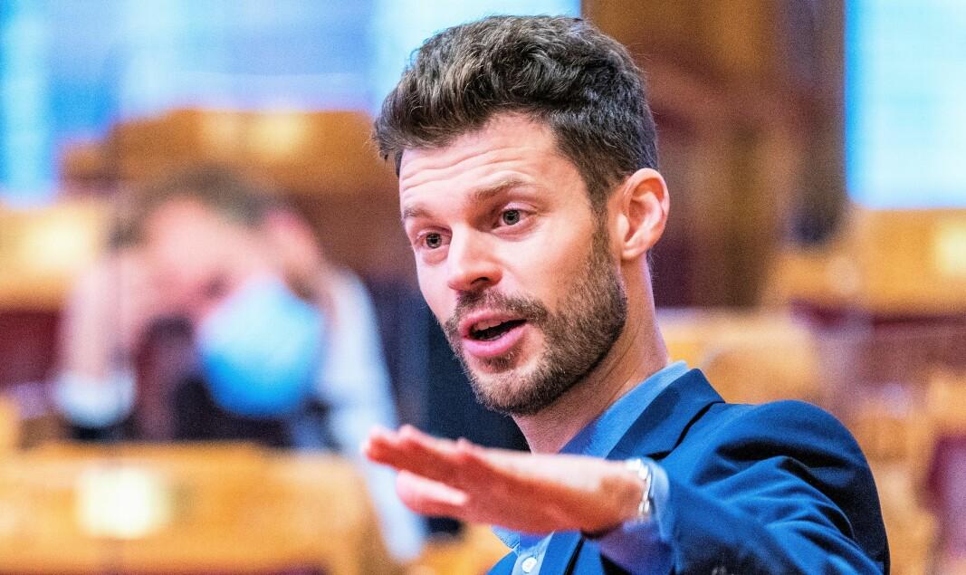 Rødt-leder Bjørnar Moxnes ber samferdselsministeren sørge for at Bane Nor følger spillereglene når det gjelder utbyggingen i Brynsbakken i tiden framover.