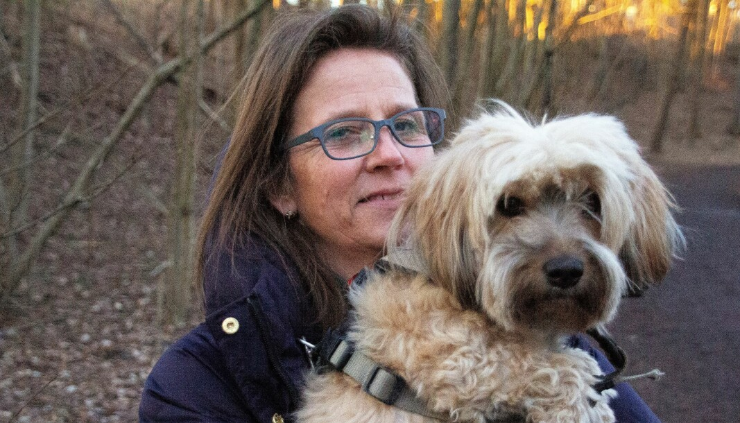 Frøya og matmor Jeanette Schelderup-Jansen har fått det hele litt på avstand, og Frøya koser seg i Jeanettes armer.