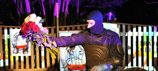 Direct Action Theatre aksjonerte ved Polens ambassade. Politiet bortviste aksjonsgruppa