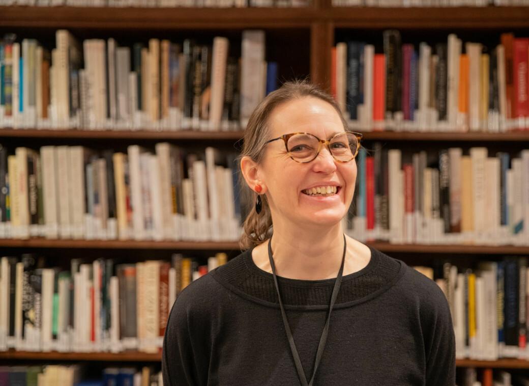 Bibiliotekar Hildegunn Gullåsen gleder seg til å slippe besøkende inn i Nasjonalmuseets bibliotek senere i år.