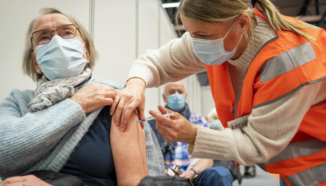 Unni Varre (85) får første dose av Pfizer-vaksine mot koronavirus.