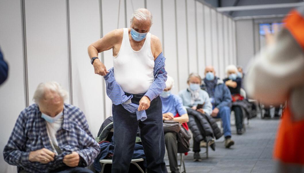 Knut D. Hansen (90) gjør seg klar til å få første dose av Pfizer-vaksine mot koronavirus på vaksinesenteret på Rud i Bærum.