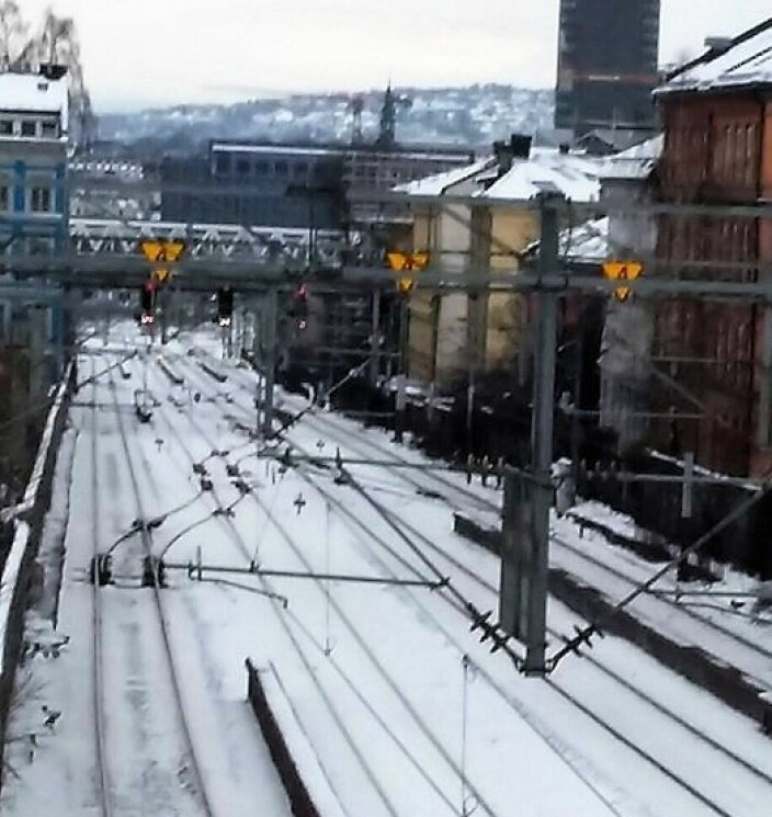 Her står togene i kø flere ganger om dagen, den samme mengden spor fra Galgebergbrua ned mot Oslo S, som i Brynsbakken. Hvordan skal dette løses? Bildet gir også en idé om hvor mange som bor langs skinnene og som hører toglyder døgnet rundt.