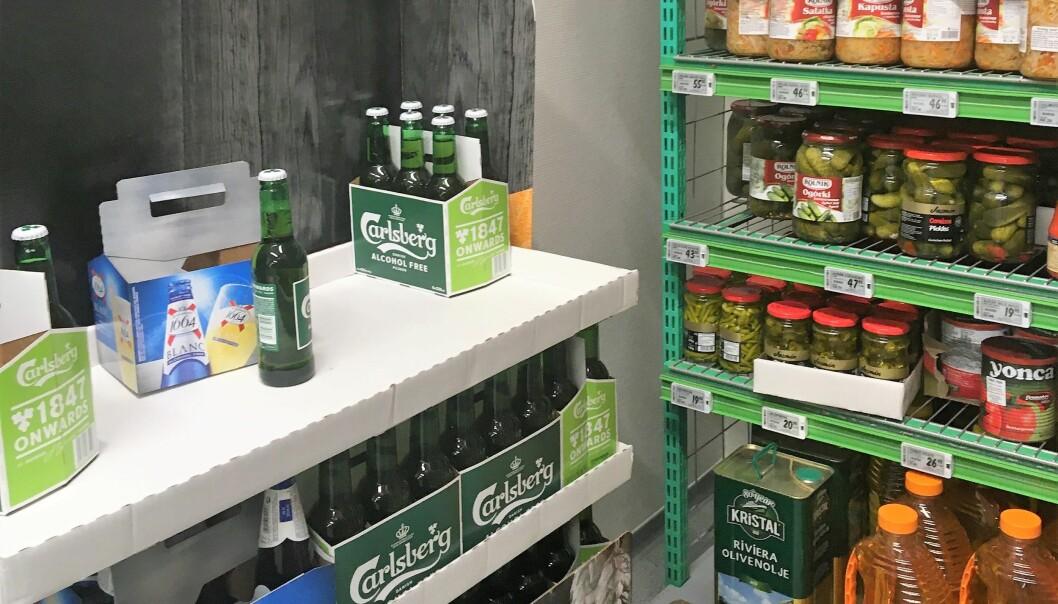 På hylla, ved olivenolje og sylteagurker står noen lunkne flasker med lettøl. I den lokale Kiwi-butikken i Møllergata.