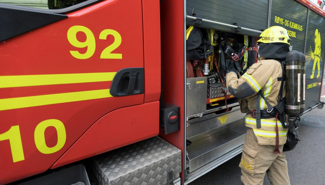 — Da vi kom fram sto den ene bilen i full fyr, forteller brannvesenet.