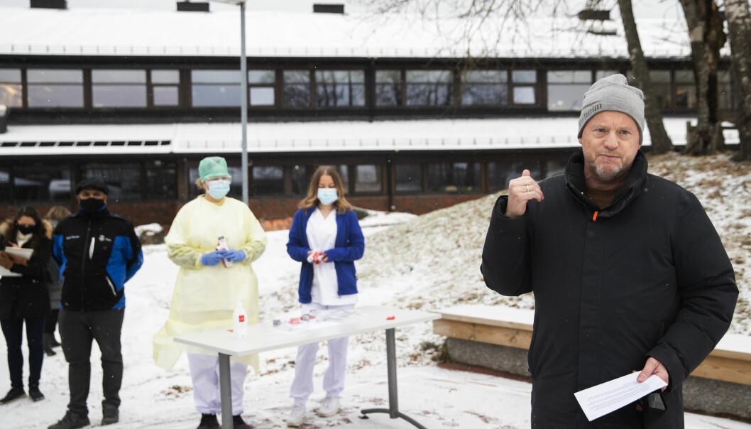 Byrådsleder Raymond Johansen under massetesting på Stovner videregående skole. Mandag holder han pressekonferanse der han vil stenge byen enda mer ned.
