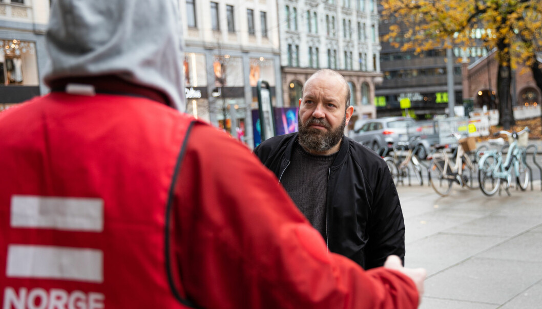 Even Skyrud (t.h.) er mye ute og snakker med magasinselgerne i Erlik Oslo. Bildet er tatt i fjor.