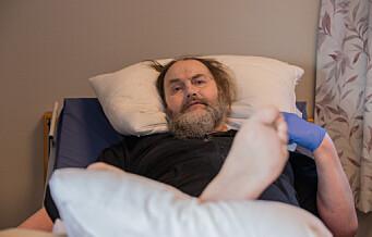 57-åringen har vært lenket til sengen på et sykehjem i 14 måneder