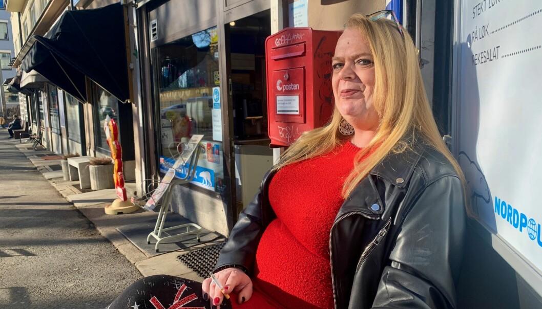 — Jeg går som regel inn der det passer meg, sier Anne Berit (49) som stortrives i byen sin.