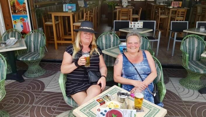 — Det er ikke alle som klarer å takle ensomheten like godt, forteller Anne Berit. Her sammen med bestevenninnen Janne (t.h.) på ferie på Grand Canaria.