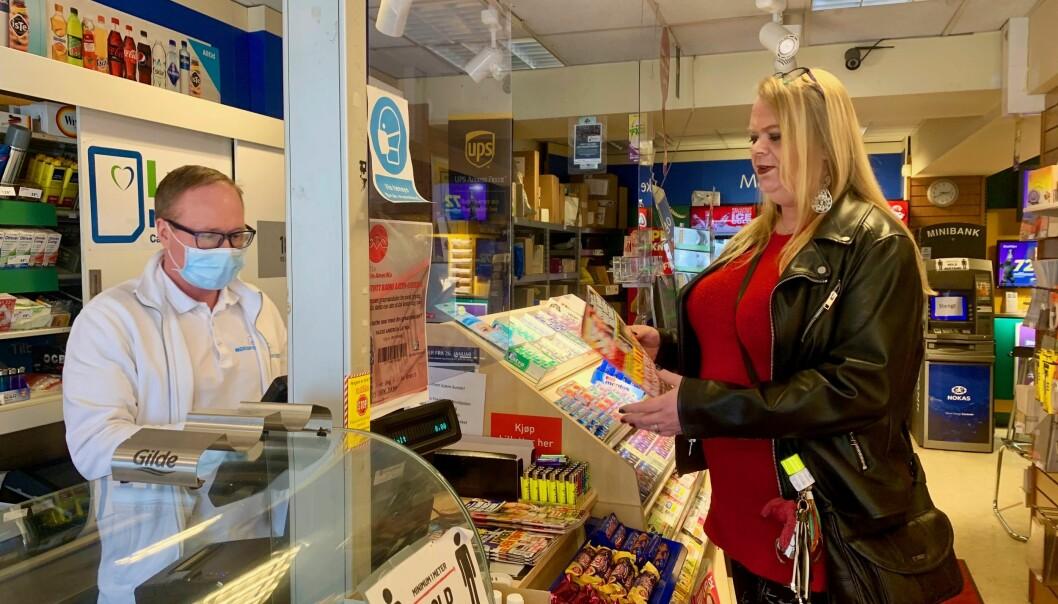 Anne Berit kjøper en utgave av Se & Hør på Nordpolen kiosk.