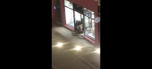 Se, her bryter tyven seg inn i vintage-butikken på Grünerløkka og løper av gårde med klærne