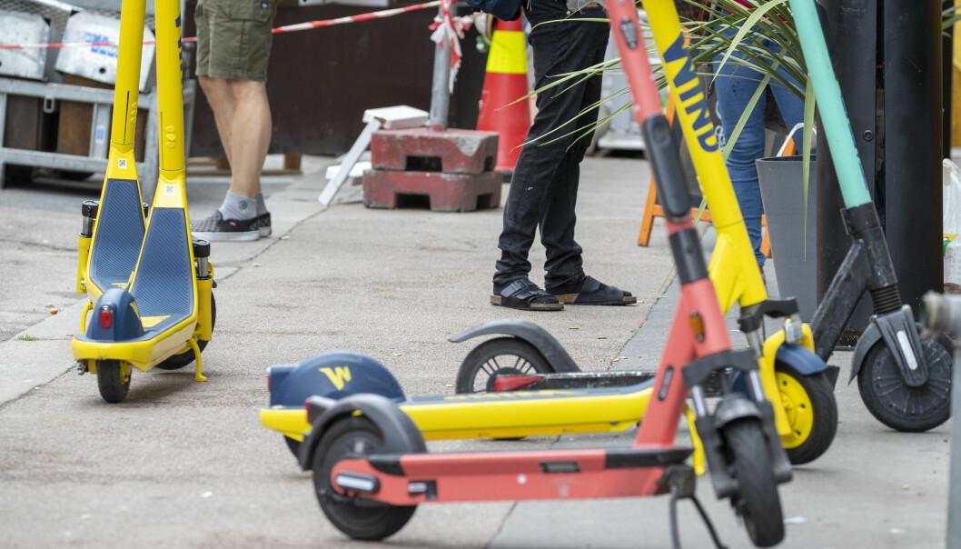 Det blir ikke mindre kaos som følge av elektriske sparkesykler parkert på fortau og i veien. Reguleringsforsøkene har ikke ført fram.