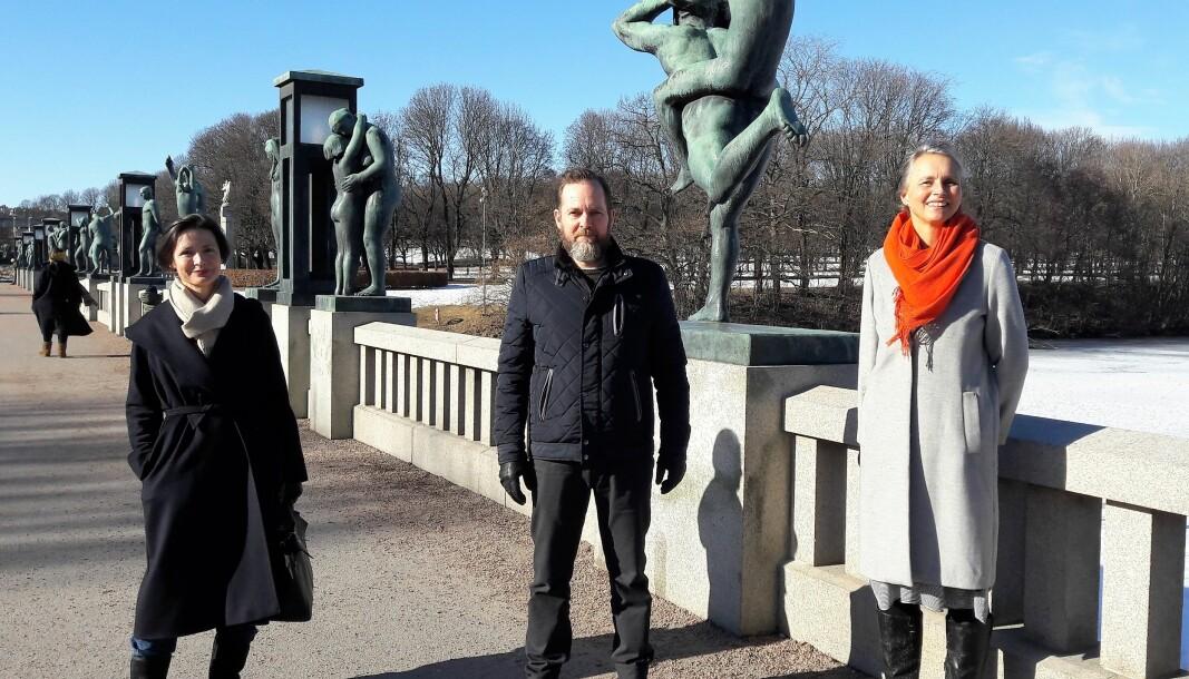 Fra venstre Ingrid Haasted, Marius Odland og Victoria Dahr nyter vårsola i Frognerparken. I år er foreningen Frognerparkens Venner et halvt århundre.