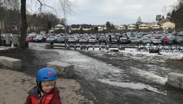 Som en sommerdag på parkeringsplassen på Huk, å dømme etter antall biler. Men Johan Brox Widerøe (5) har med seg sykkel, og da må han ha hjelm.