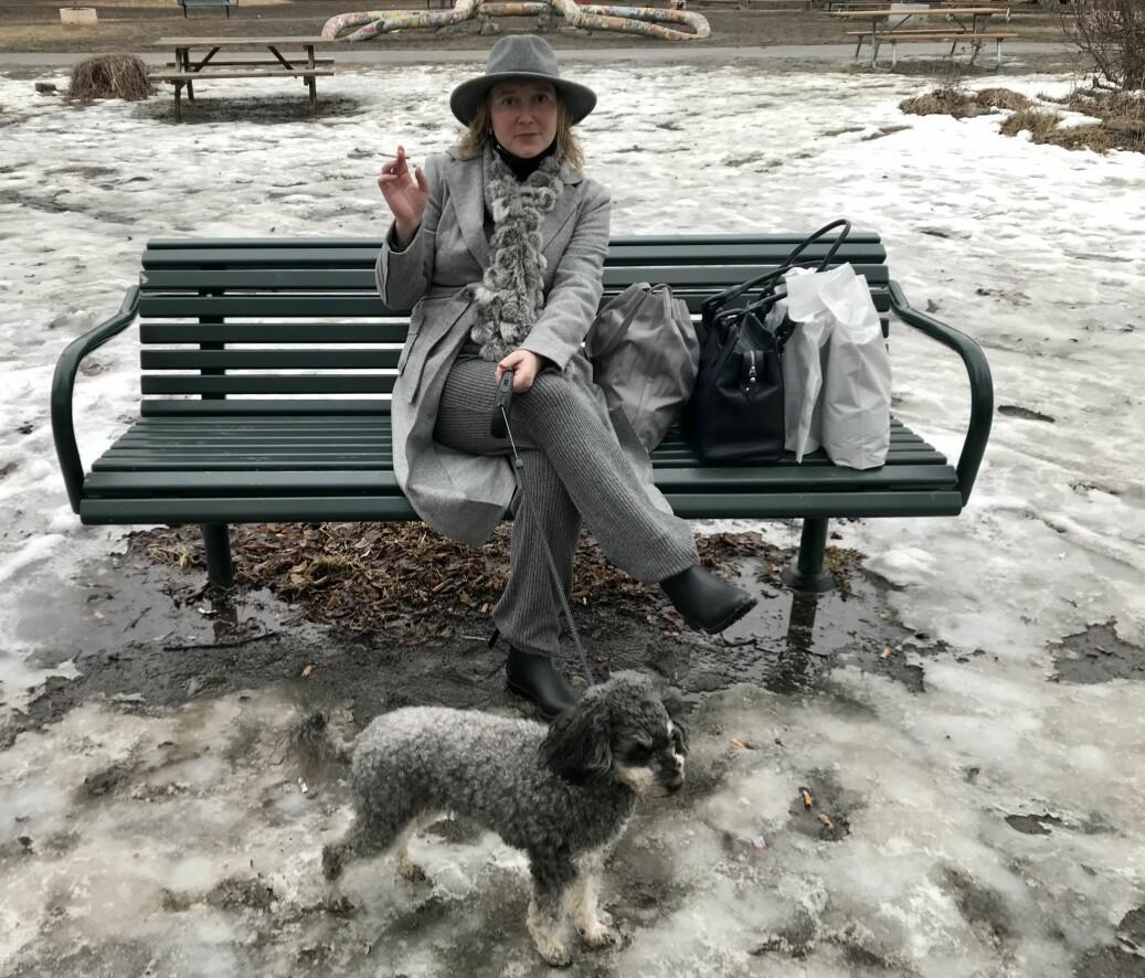 Anya Rasmussen benket seg og nøt den vårlige lørdagen med en sigarett. Her er hun sammen med turkameraten sin, Kokos, på Gråbeinsletta ved Sagene kirke, etter shoppingtur helt til Bærum.