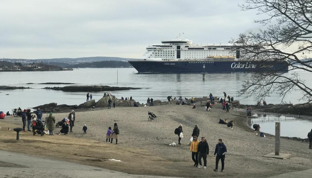 VårtOslo fant flere folk på tur ute på Bygdøy og Huk enn i hele Oslo sentrum. I bakrunnen kommer Color Line fra Kiel, uten at vi kan si noe om at det er folketomt ombord og dermed et slags spøkelsesskip.