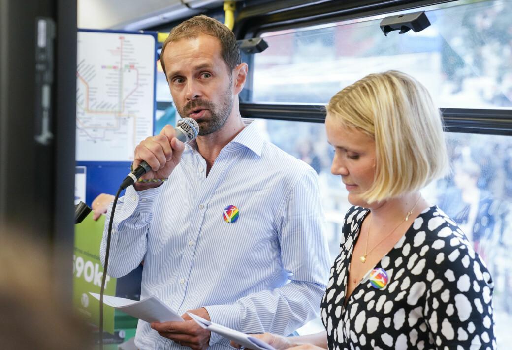 Venstres Hallstein Bjercke (t.v) og Marit Vea på trikketur i valgkampen 2019. Nå mener Bjercke at miljøbyråd Lan Marie Berg (MDG) har brutt informasjonsplikten overfor bystyret.