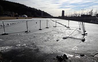 Hjullaster skulle brøyte isen på Vannspeilet, gikk igjennom og fikk et friskt vårbad
