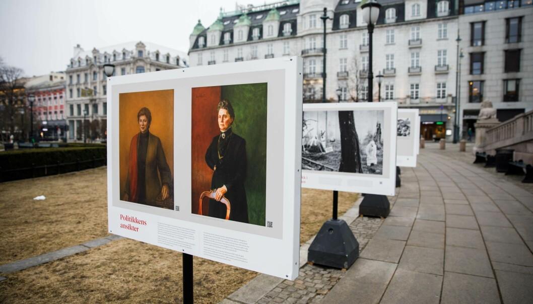 Kunstutstillingen Politikkens ansikter foran Stortinget.